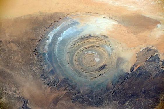 Oko Sahary: Přírodní jev nebo pozůstatek výbuchu?