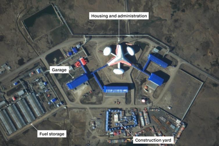 Satelitní snímky ukazují obrovské hromadění ruských vojenských sil v Arktidě