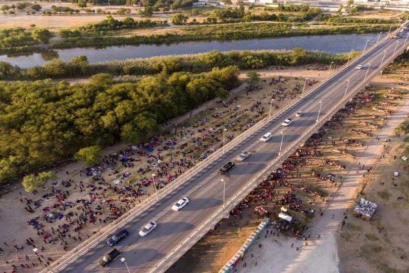 Více než 10 000 nelegálních migrantů spí pod texaským mostem a čeká na azyl